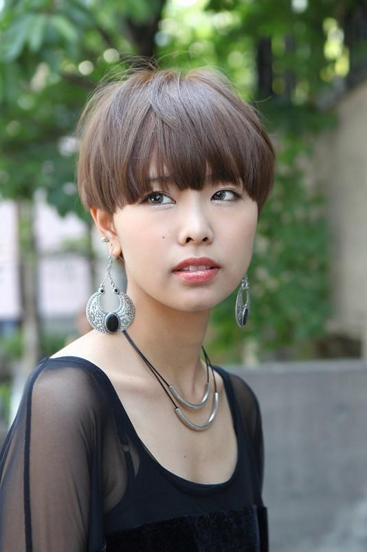 Short Straight Casual Pixie Hairstyle with Razor Cut Bang
